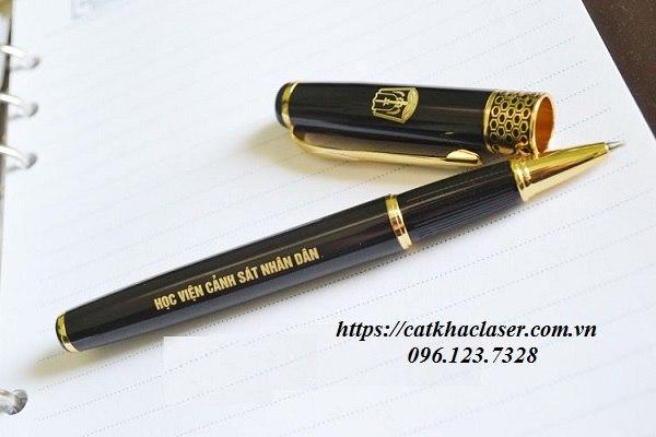 Khắc chữ lên bút bằng công nghệ laser
