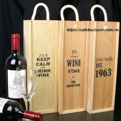 Khắc chữ lên hộp gỗ đựng rượu