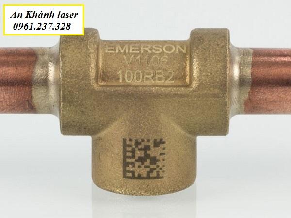 Khắc laser mã vạch trên chất liệu đồng
