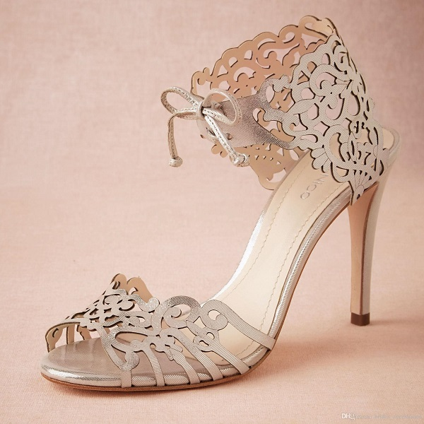 Cắt khắc laser trên giày dép