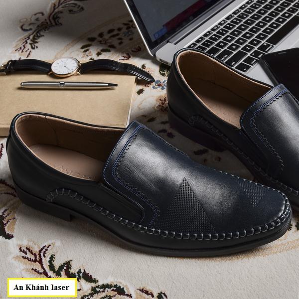 Khắc hoa văn họa tiết lên giày theo yêu cầu