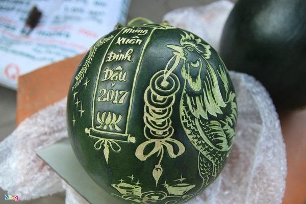 Nên dùng máy khắc dưa hấu hay khắc bằng tay truyền thống?