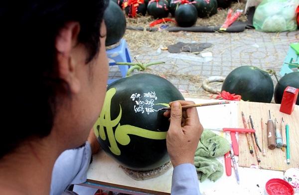 Ngồi vỉa hè kiếm tiền triệu mỗi ngày bằng việc khắc chữ dưa hấu