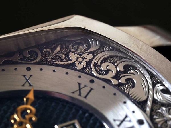 Khắc tên lên đồng hồ đeo tay bằng công nghệ laser